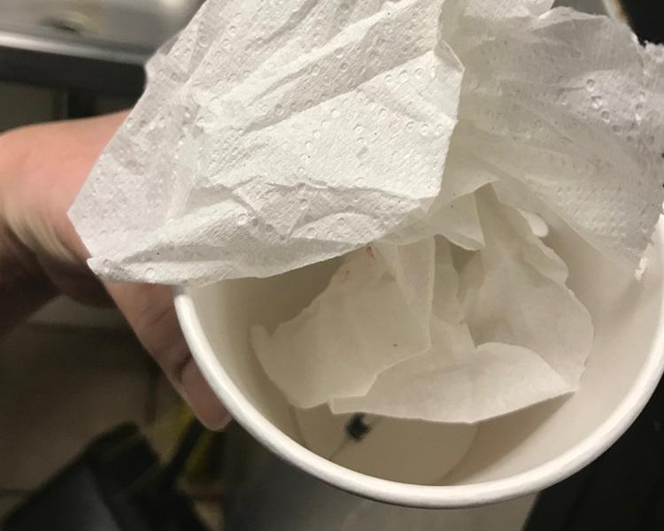 有員工清理廁所時發現用過的針筒。網圖