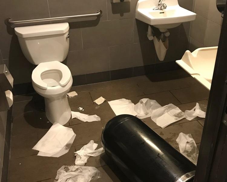 廁所非常凌亂。網圖