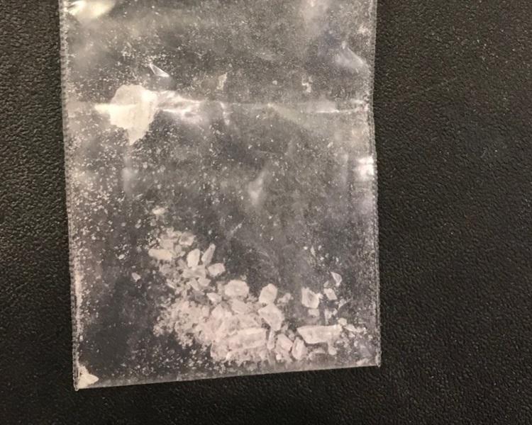 有員工清理時檢獲懷疑毒品。網圖