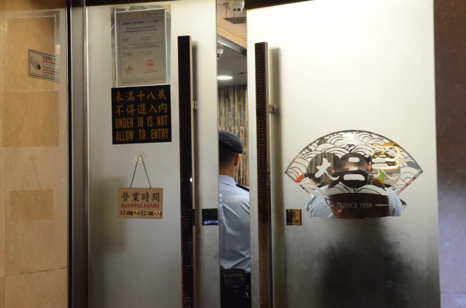 警方突擊巡查深水埗娛樂場所。