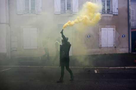 約有8.4萬名抗議者今天在法國各地參與第九次的「黃背心」示威抗議。AP