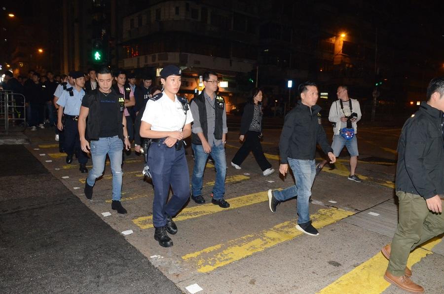 警方連日展開打擊黑幫行動,昨晚大批警員到深水埗搜夜店及麻將館等。李子平攝