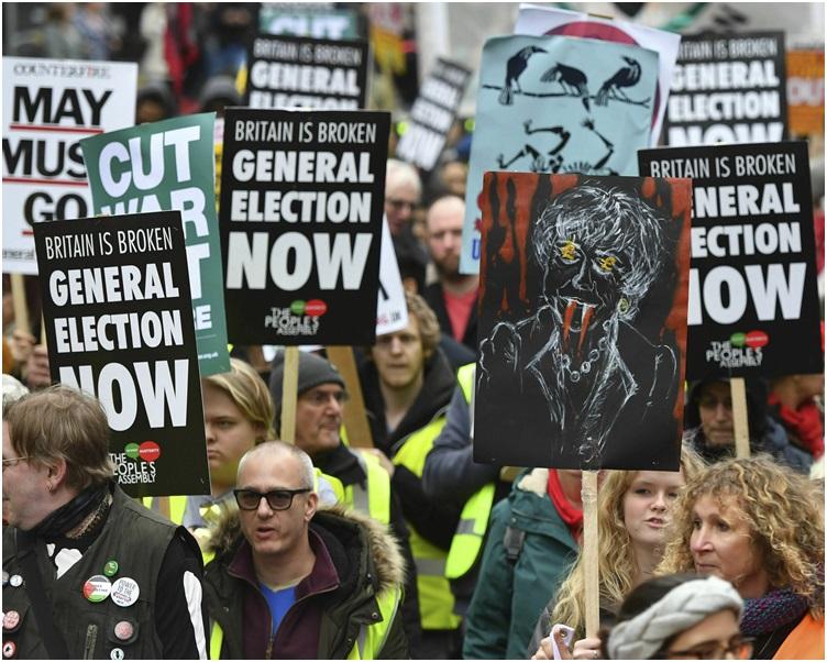 示威人士要求首相文翠珊下台,及立即舉行大選。 AP
