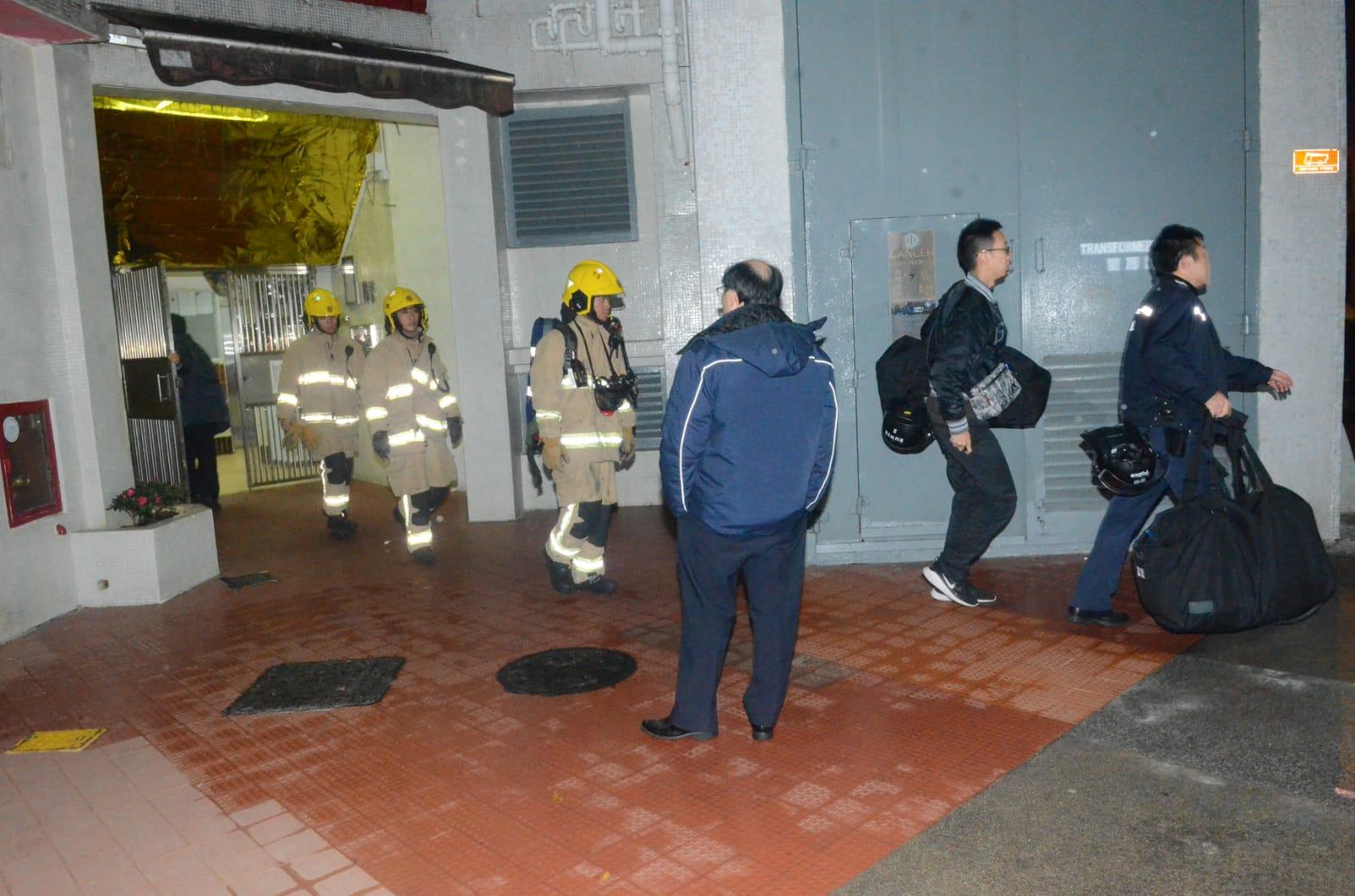 鐵甲威龍趁消防破門時持盾牌衝入制服男子。