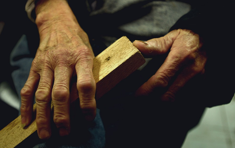 馮伯手上的木條,是將大型木廠遺棄的木材邊角料鋸製而成。