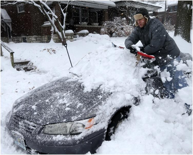 聖路易市地區錄得30.48公分(超過1呎)降雪量。AP