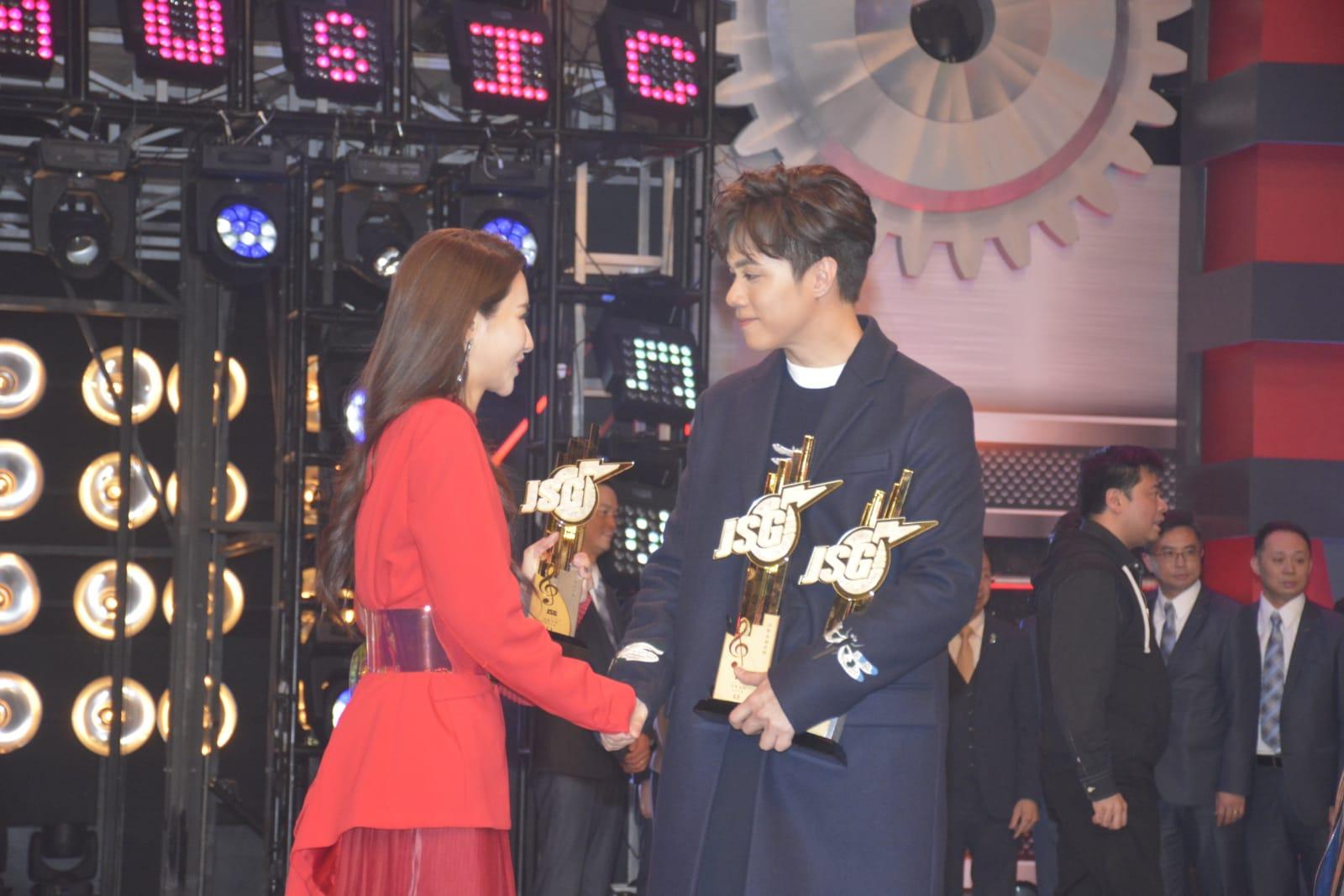 兩人獲獎後互相祝賀。