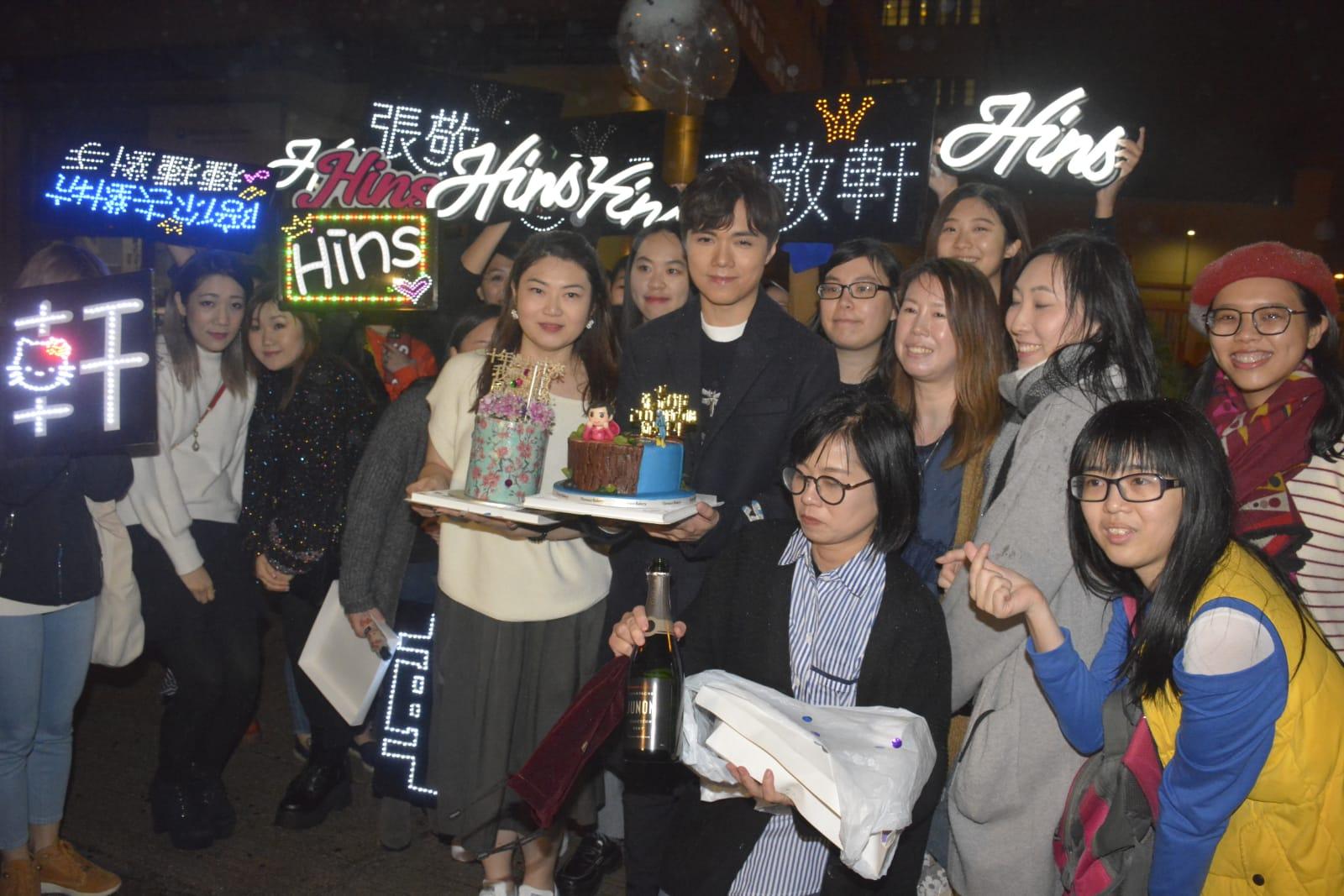 大批fans在場外與張敬軒慶祝。