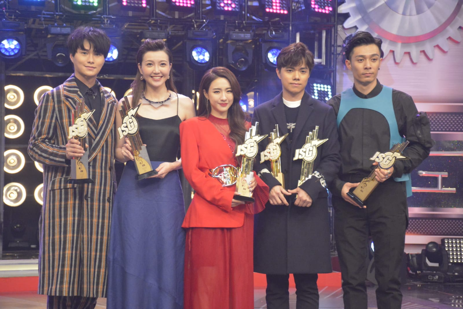 吳若希與胡鴻鈞(左一)一起得「最佳演繹男、女歌星獎」很開心,