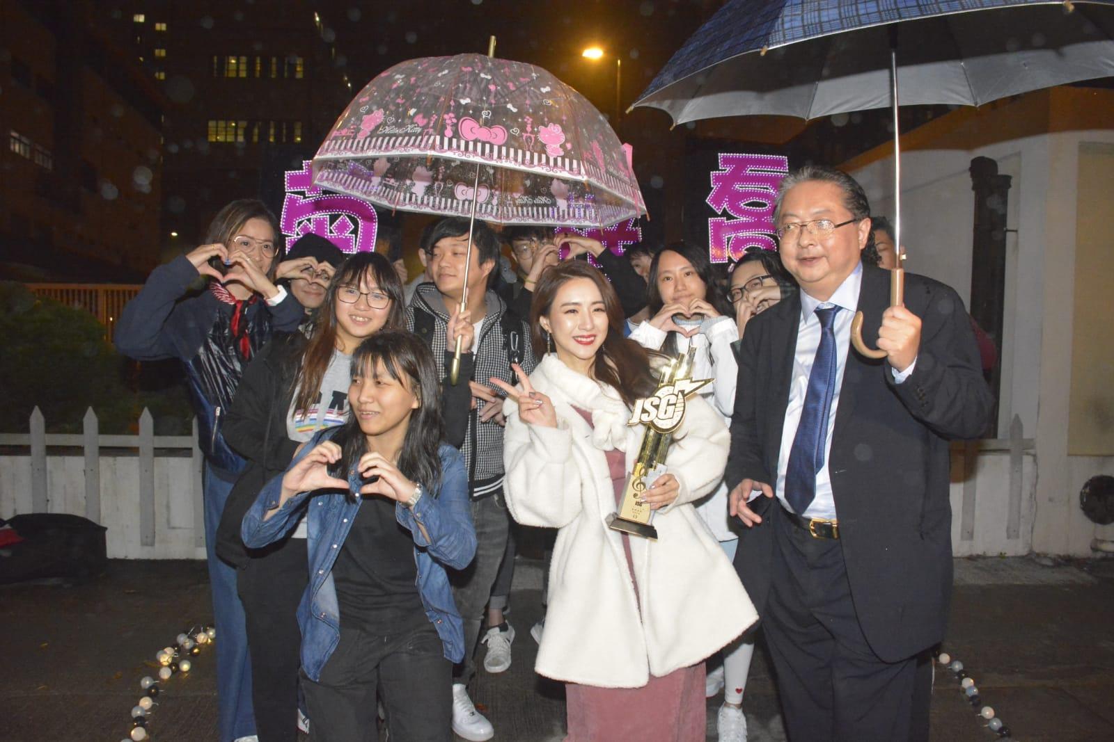 菊梓喬獲fans支持。