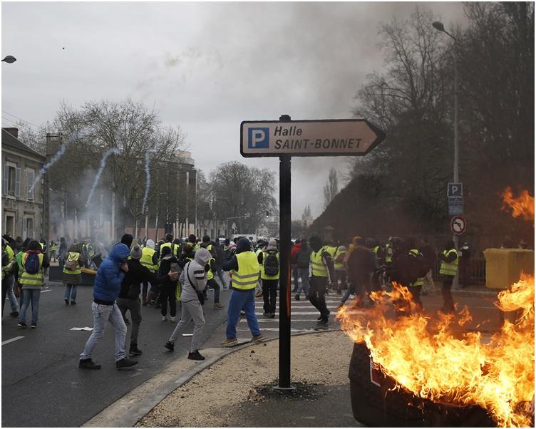 期間有示威放火燒垃圾桶。AP