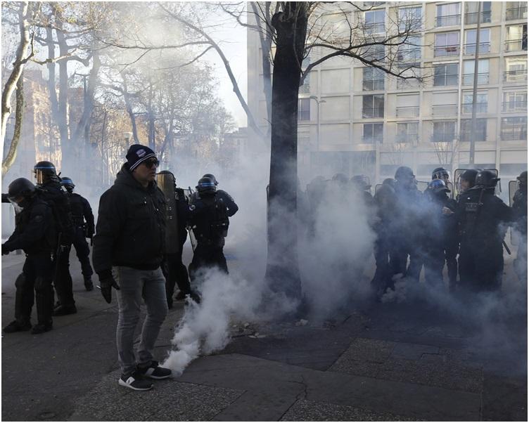 防暴警察施放水炮和催淚氣體鎮壓。AP