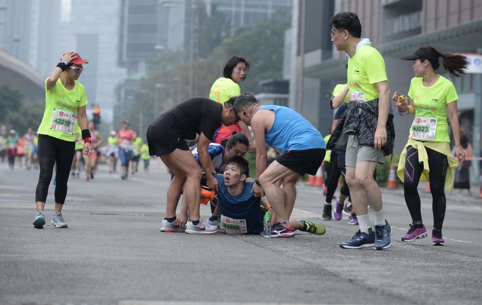 一名參加8公里賽事的28歲男跑手,於九龍東辦事處對出馬路跌倒。