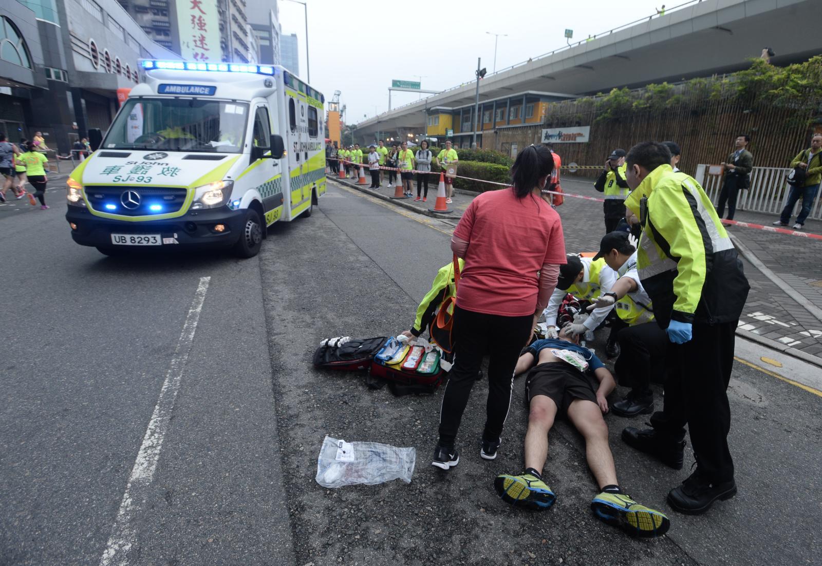 聖約翰救傷隊人員在九龍東辦事處對,為跌倒的28歲跑手急救。