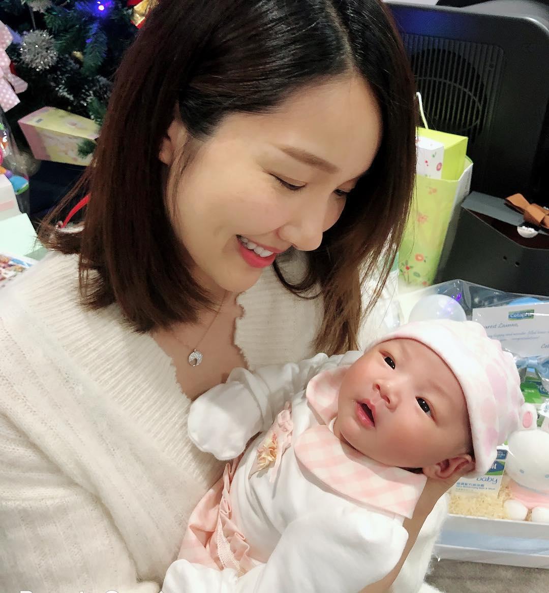 李亞男抱着囡囡,展露出一臉慈母樣,畫面溫馨。