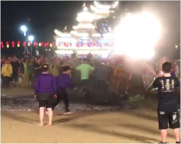 有人跌倒導致後方抬橋的信眾摔倒在炭火上。網圖