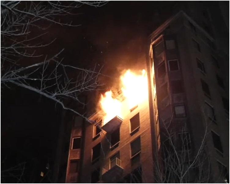 曼克頓一幢豪宅大樓其中一個單位天亮前發生大火。網圖
