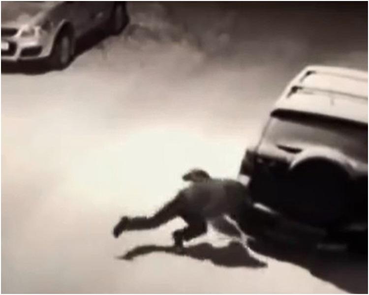 男子失重心跌倒撞向車尾燈。網圖
