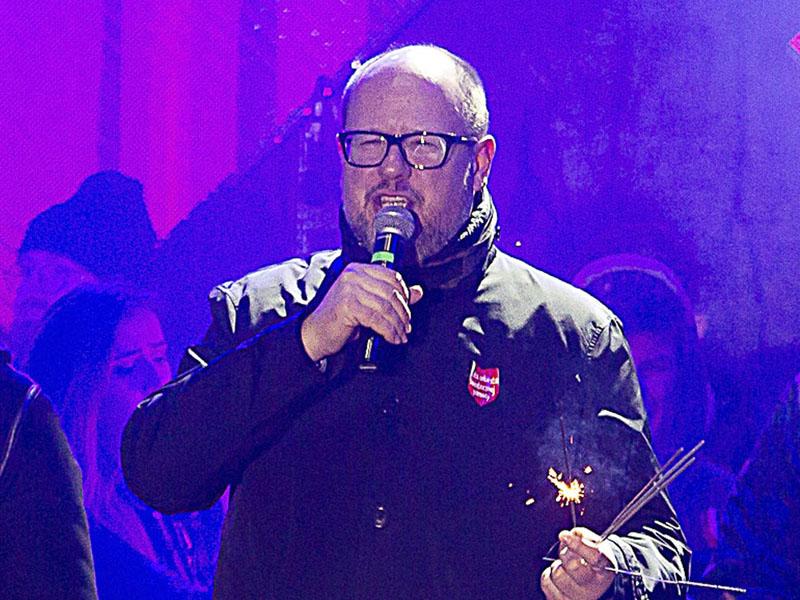 波兰格但斯克市长出席慈善活动台上遇刺。