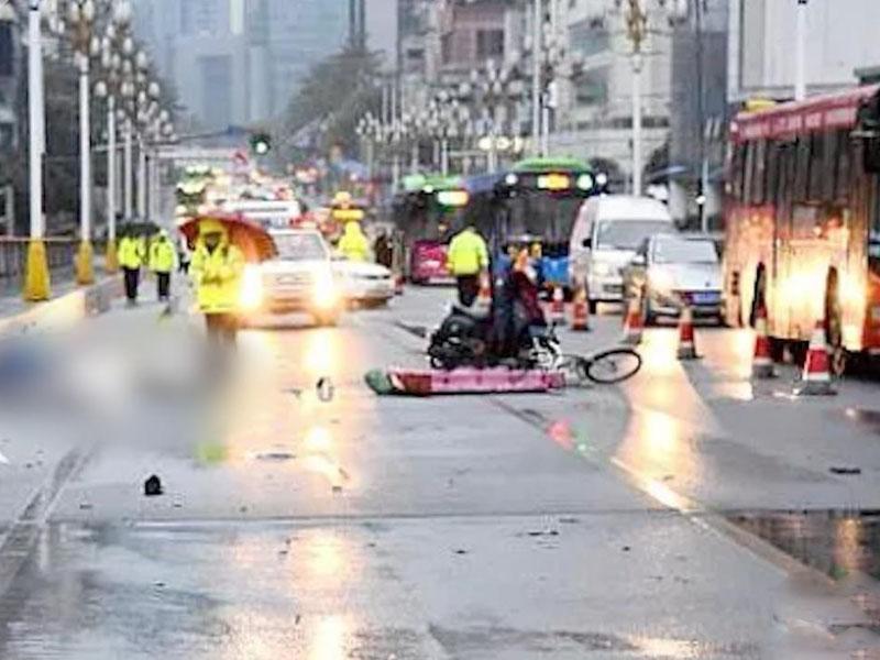 下车扶老人后被撞, 23岁好心女孩离世,司机全责被批捕。