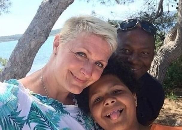 44岁的宝拉、55岁的伊恩及10岁女儿布鲁克,一家三口合照。(网图)