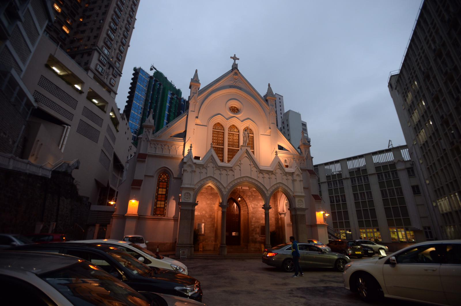 曾蔭權前往堅道主教座堂參與彌撒