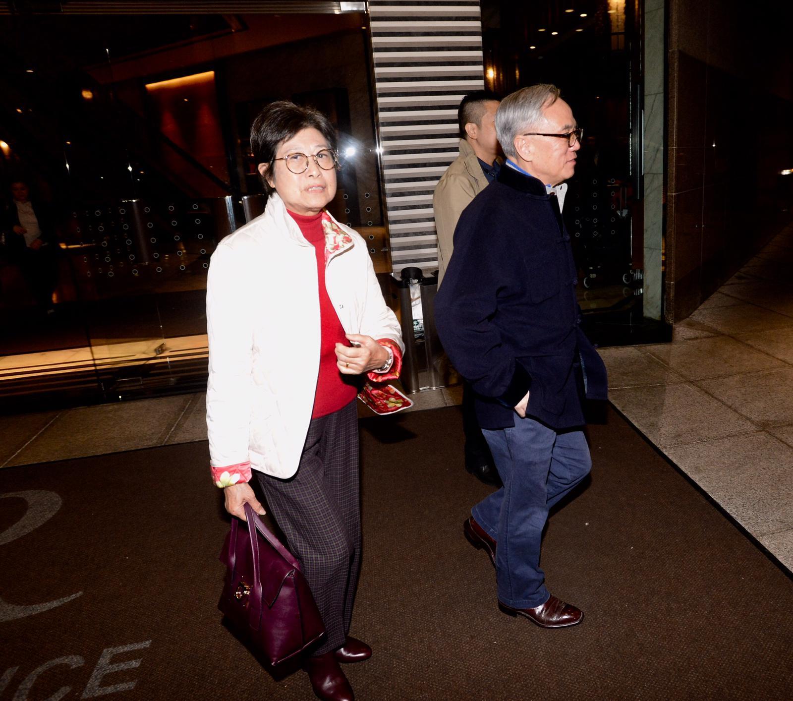 曾蔭權夫婦離開酒店