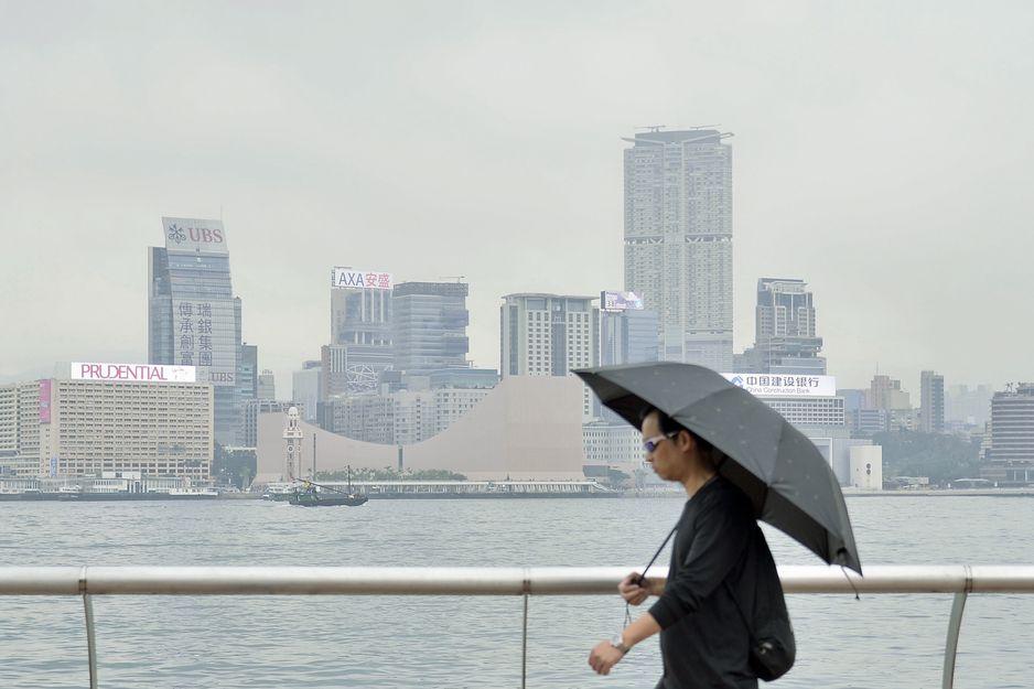 天文台預料本港今日早上多雲及有一兩陣微雨。資料圖片