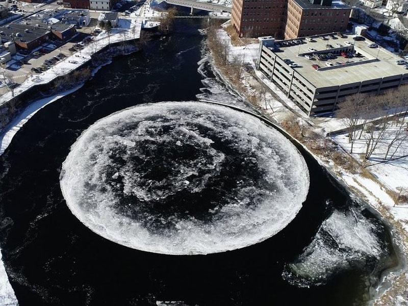 巨型冰盘位于美国缅因州韦斯保克市的普利桑普斯科特河。
