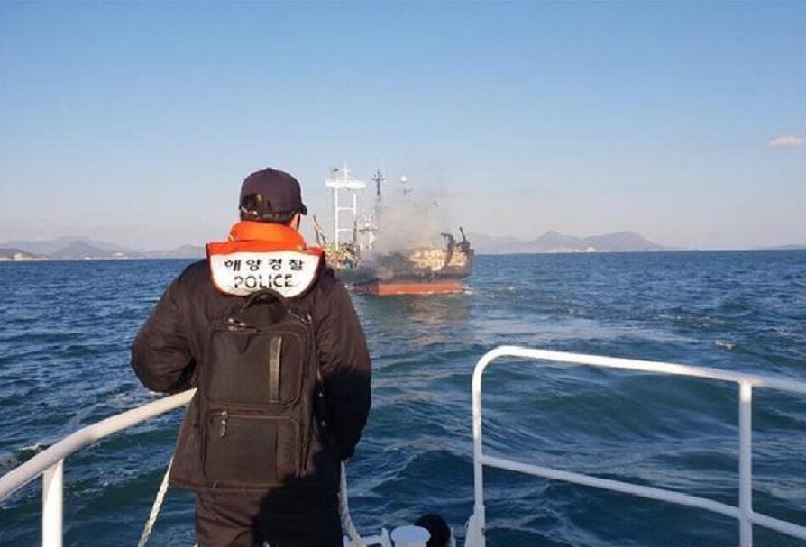 南韩渔船火警海警继续搜救。新华网图片