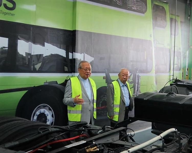 载通国际董事会主席梁乃鹏与副主席陈祖泽参观Tower Transits Singapore车厂。