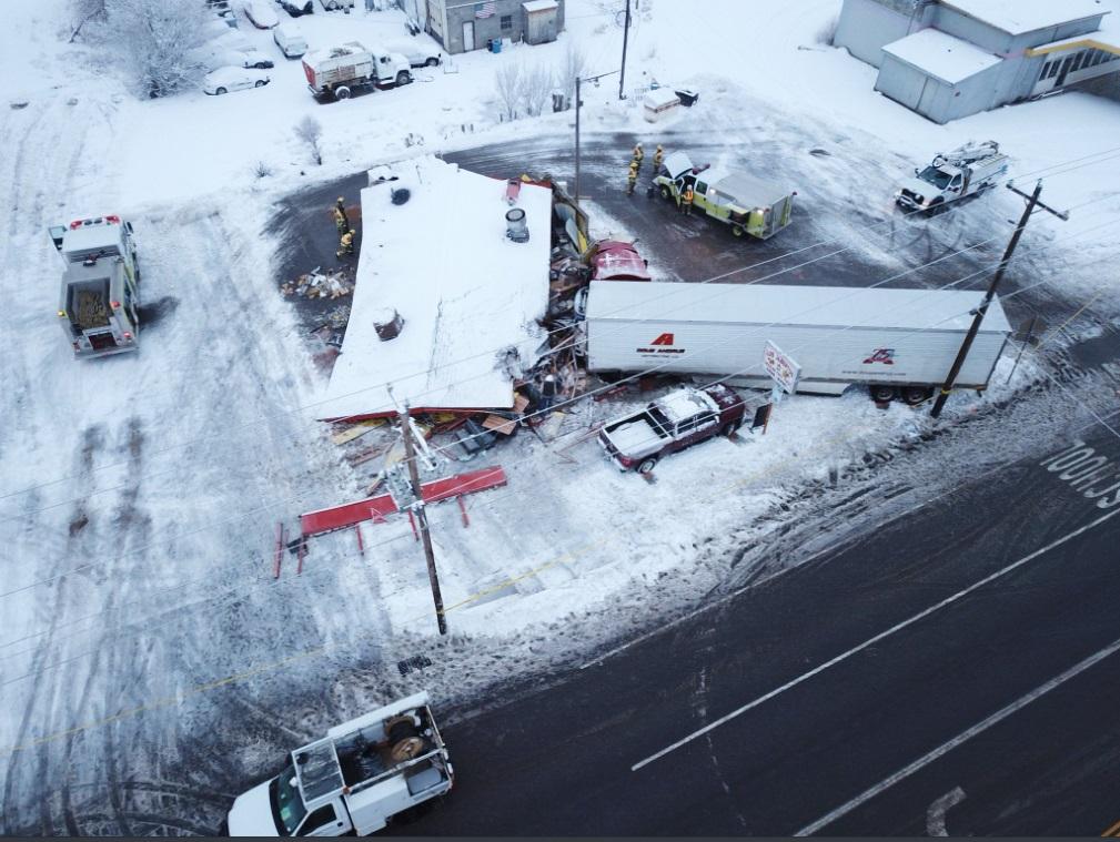 美国犹他州货车撞入餐厅3人伤。网上图片