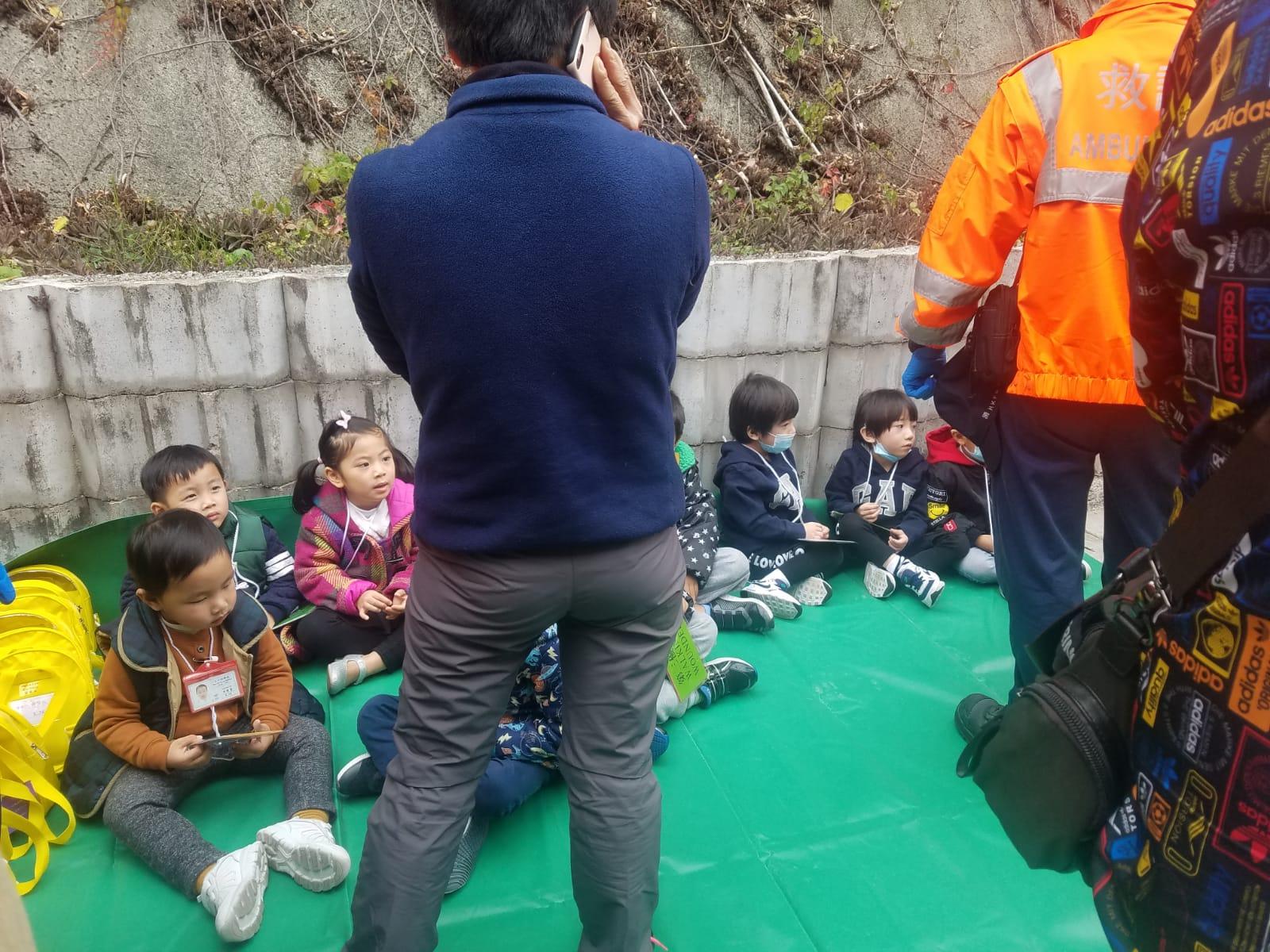 受傷的學童坐於現場路旁接受檢查和治理。林思明攝
