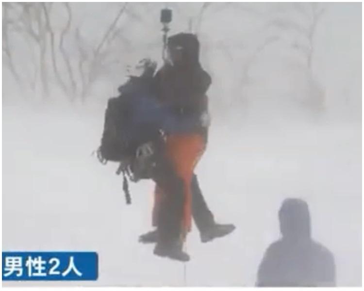 到兩人獲救後,由直升機接走。北海道ニュースUHB截圖
