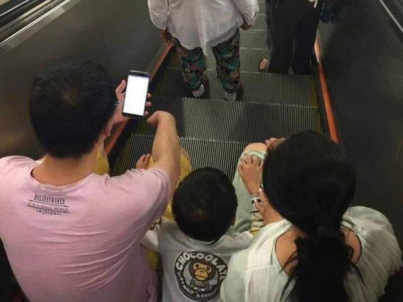 疑似一家三口坐电梯。Hung Wallace图片