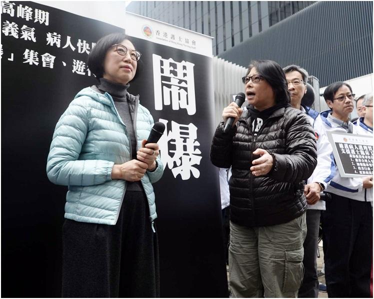 陳肇始(左)親自接收請願信,並澄清「捱義氣」言論。