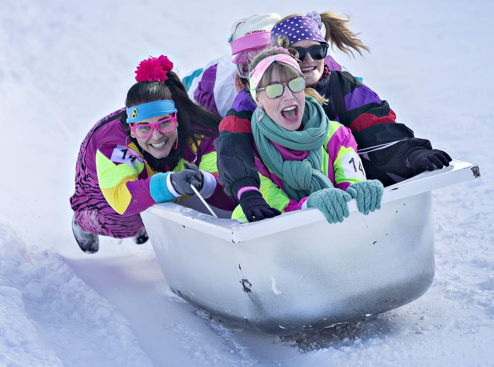 參賽者奇裝異服,蜷縮在被當作滑雪工具的浴缸內進行比賽。新華社圖片