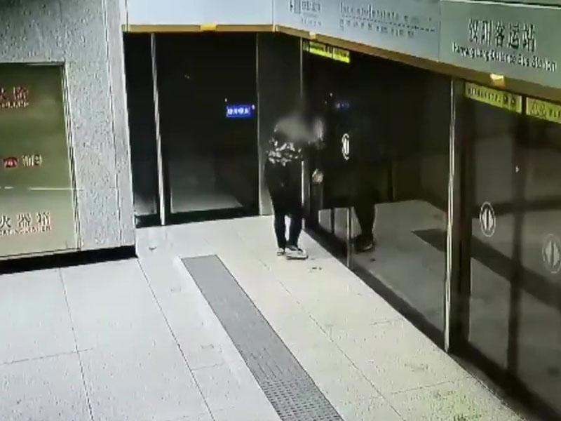 男子等地铁跳舞自high,被讚自由的灵魂。