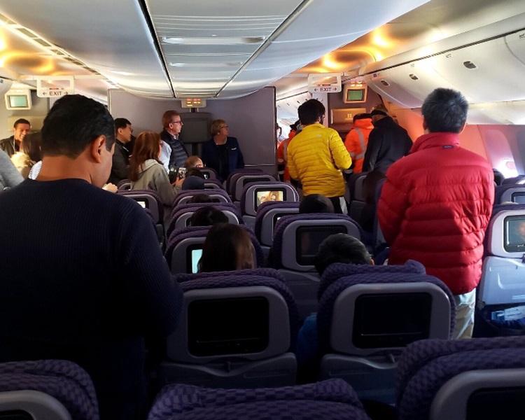 乘客受困逾18小時後才有救護人員上機接送他們到另一客機。Twitter
