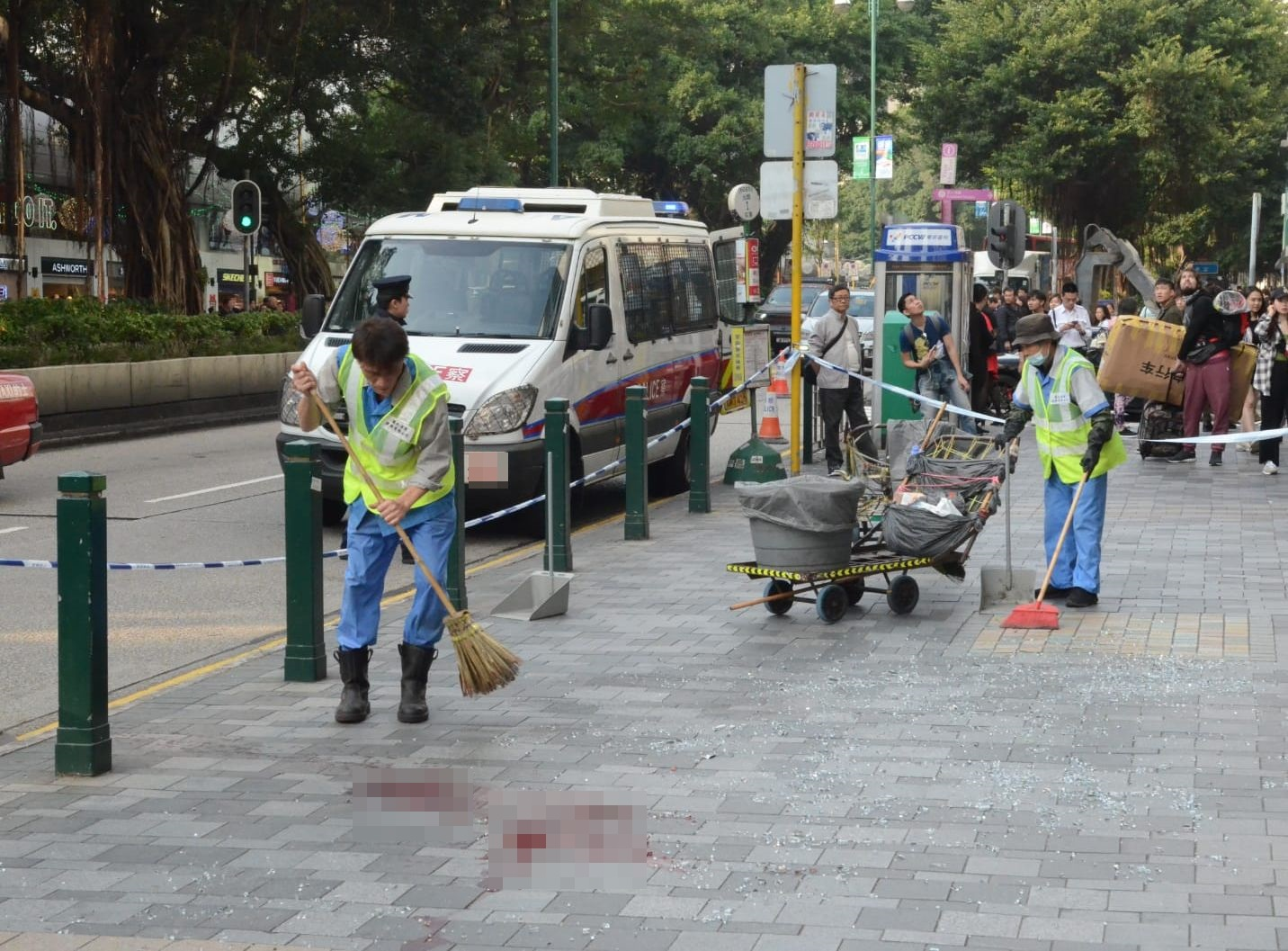 清洁工在场清理血迹。