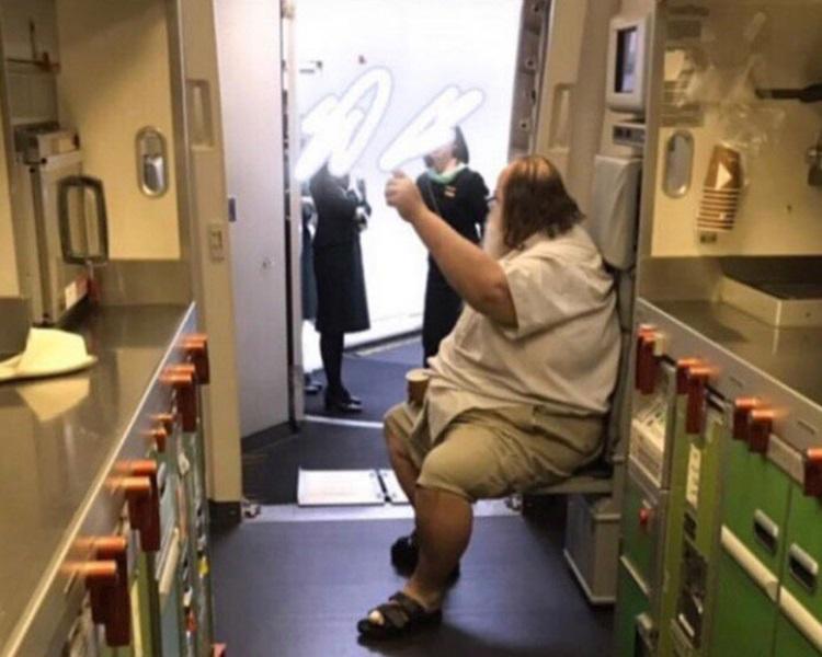 网上流传白人男子对空服员提出不合理要求。网图