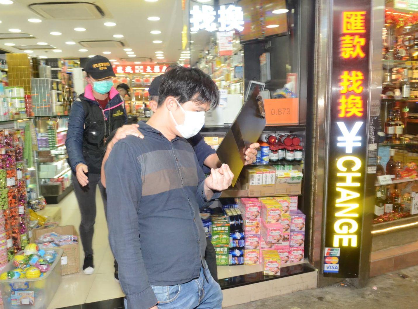 一名39歲男店員疑銷售影射藥物被捕。