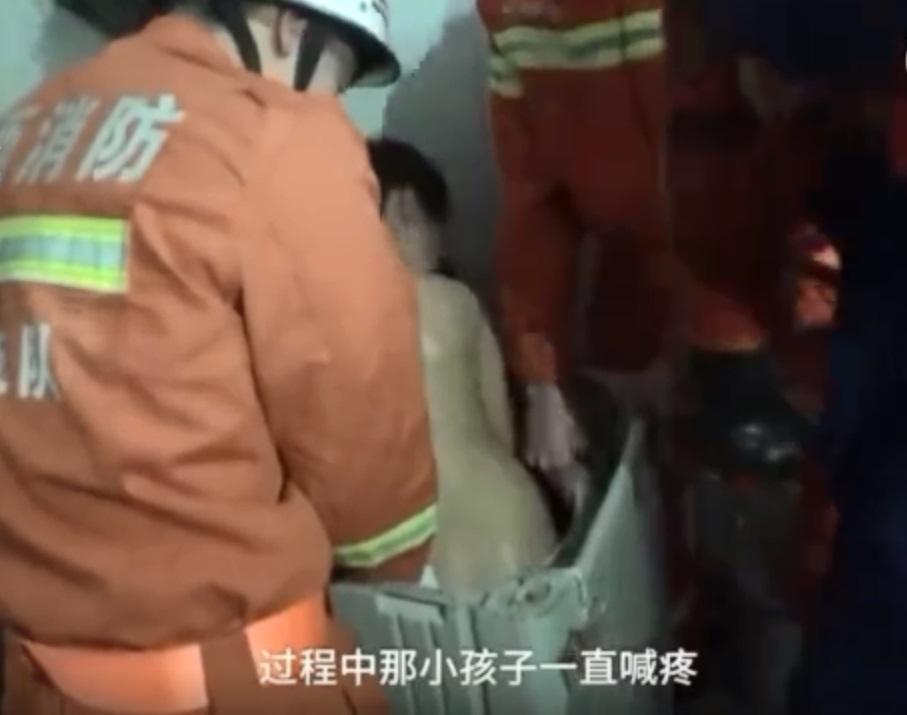 消防员花了50分钟后终于将男童救出。网上图片