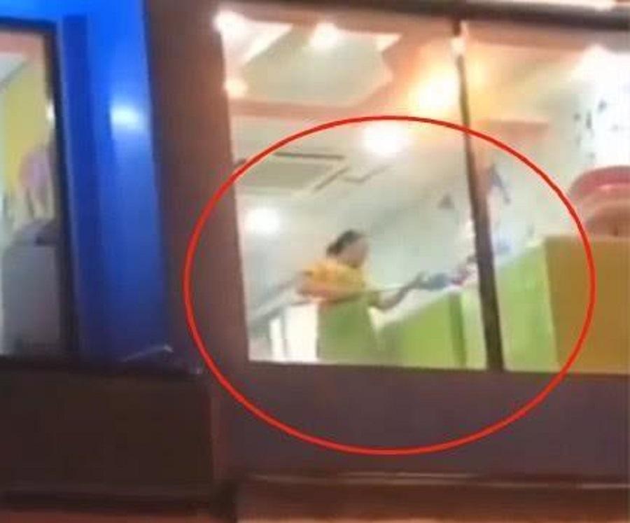 江西育嬰店有清潔工用嬰兒浴池清洗地拖。網上圖片