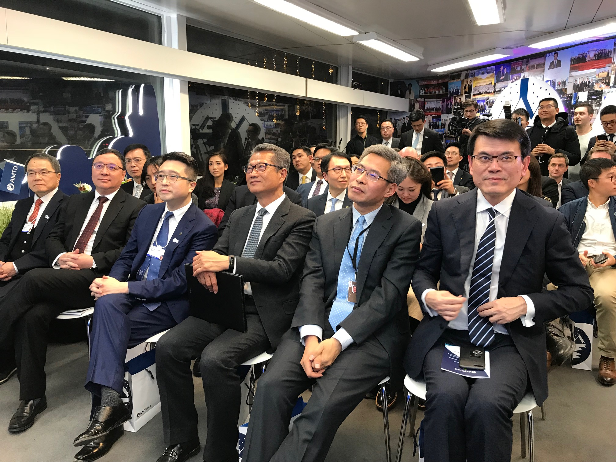 陳茂波(前排右三)和商務及經濟發展局局長邱騰華(前排右一)出席論壇。 政府圖片