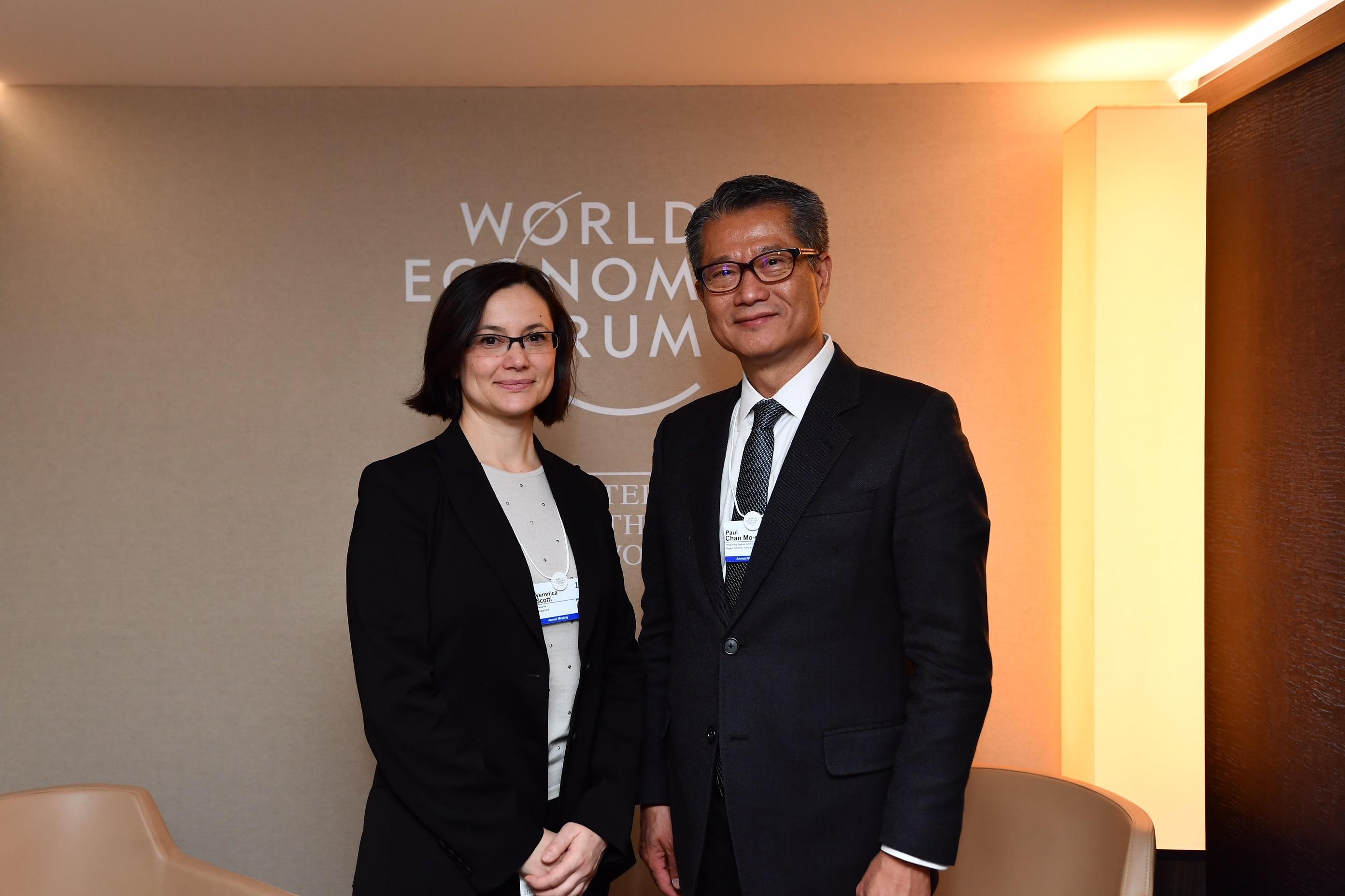 陳茂波(右)與當地一間保險公司的高層人員會面。 政府圖片
