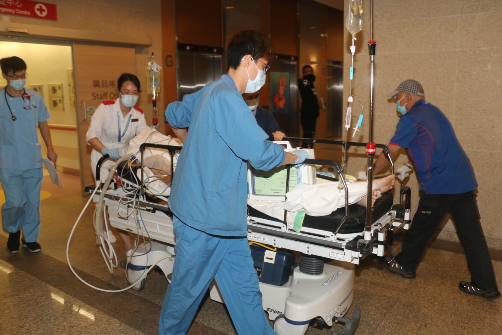 伤者送院治理。
