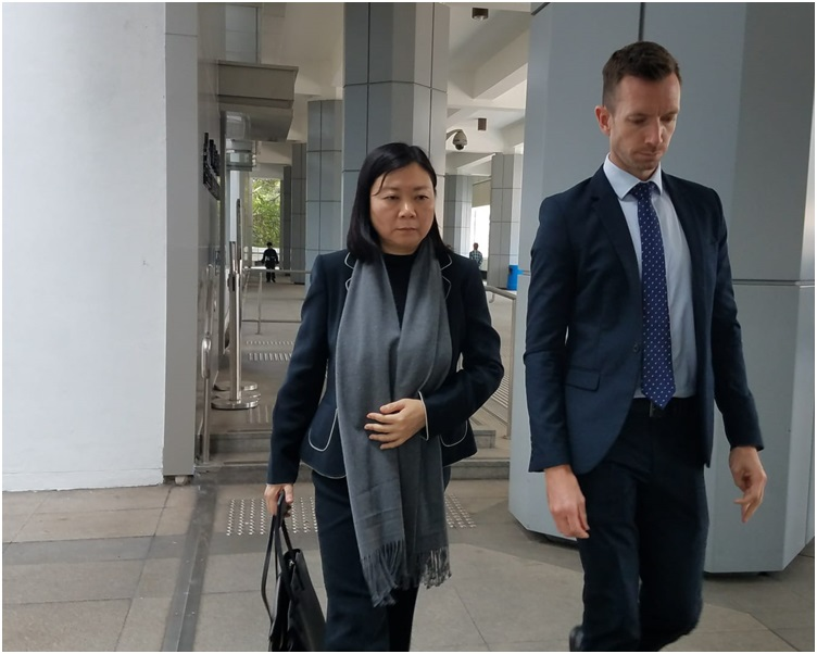 刘倩儿完成作供离开法院。黄梓生摄