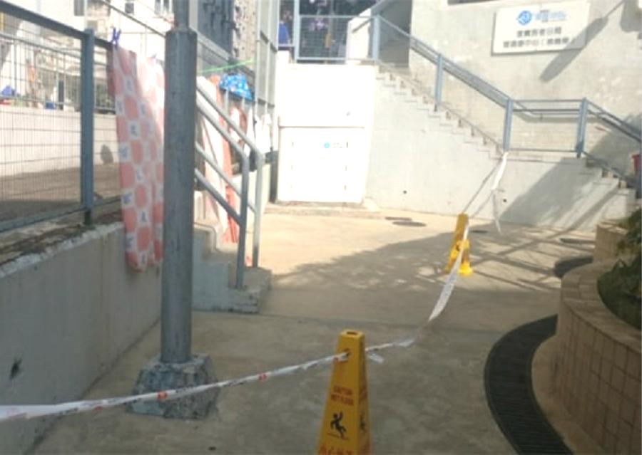 筲箕湾明华大厦对开篮球场有铝窗堕下。facebook24小时胶通消息报导 (胶Group@ 环球胶报)图片