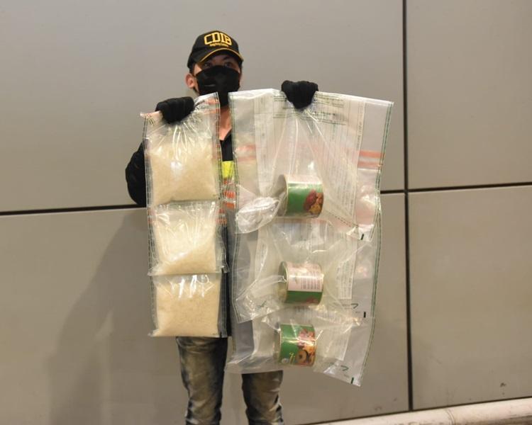在3罐頭內藏有懷疑冰毒。